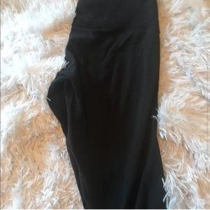 lululemon athletica Pants & Jumpsuits - LuluLemon Cropped Wunder Unders Size 6